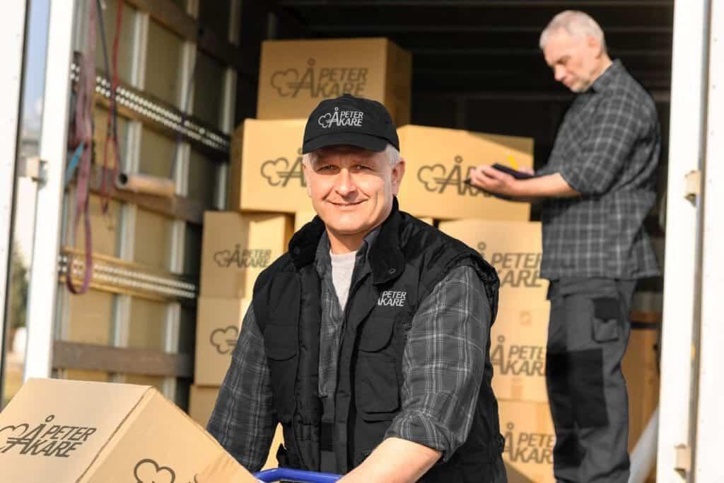 Två flyttarbetare jobbar med kartonger under bohagsflytt