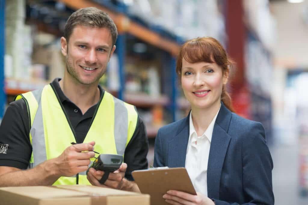 Två arbetare i lagerlokal via personaluthyrning Stockholm hos Peter Åkare AB