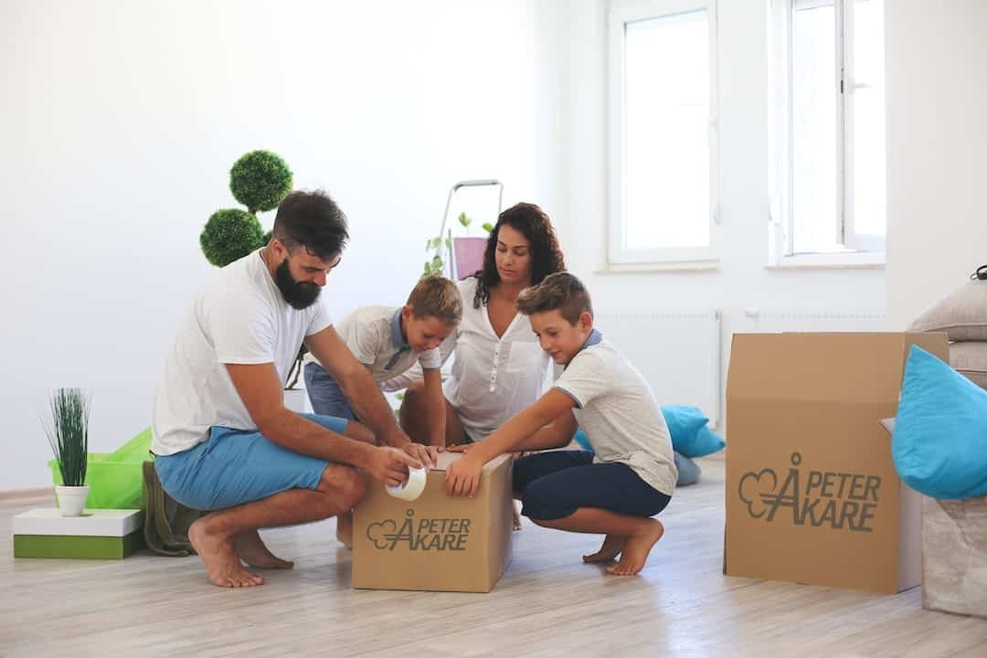 Family who packs things in moving boxes from Peter Åkare AB