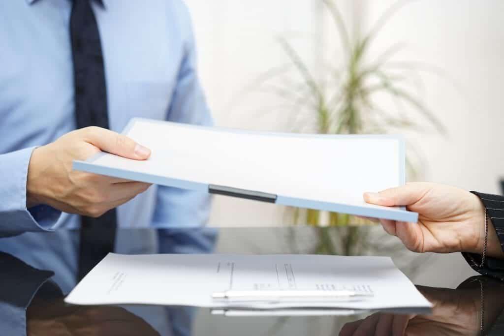 Avtal / hyreskontrakt som visas upp i bild vid privatflytt eller kontorsflytt
