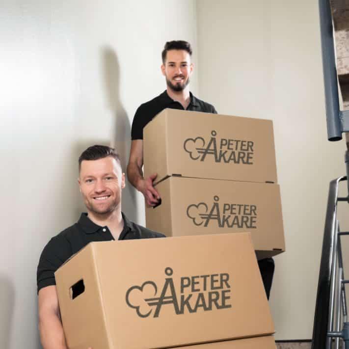 Flyttkilar bär flyttkartonger från Flyttfirma Peter Åkare AB
