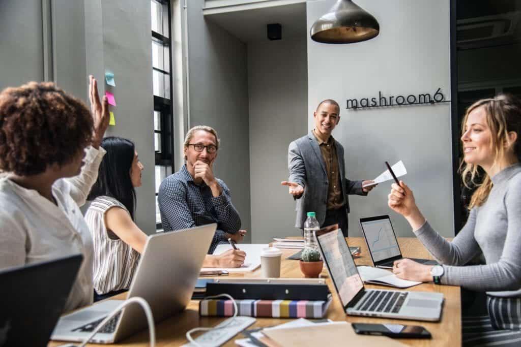 Företag i mötesrum behöver en kontorsflytt