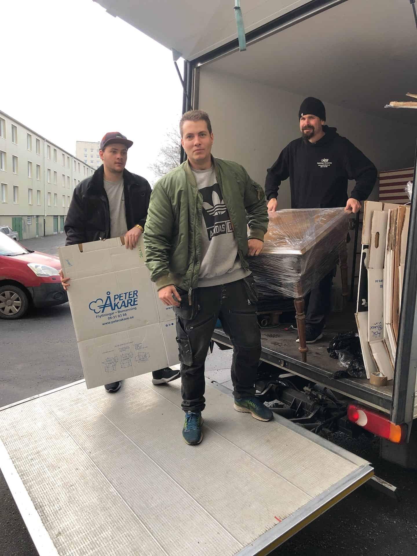 Flyttarbetare från Flyttfirma Peter Åkare flyttar möbler i Årsta