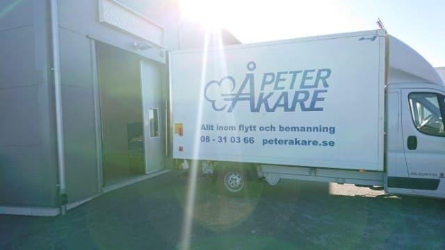 Flyttbil från flyttfirma Peter Åkare AB utanför garageport
