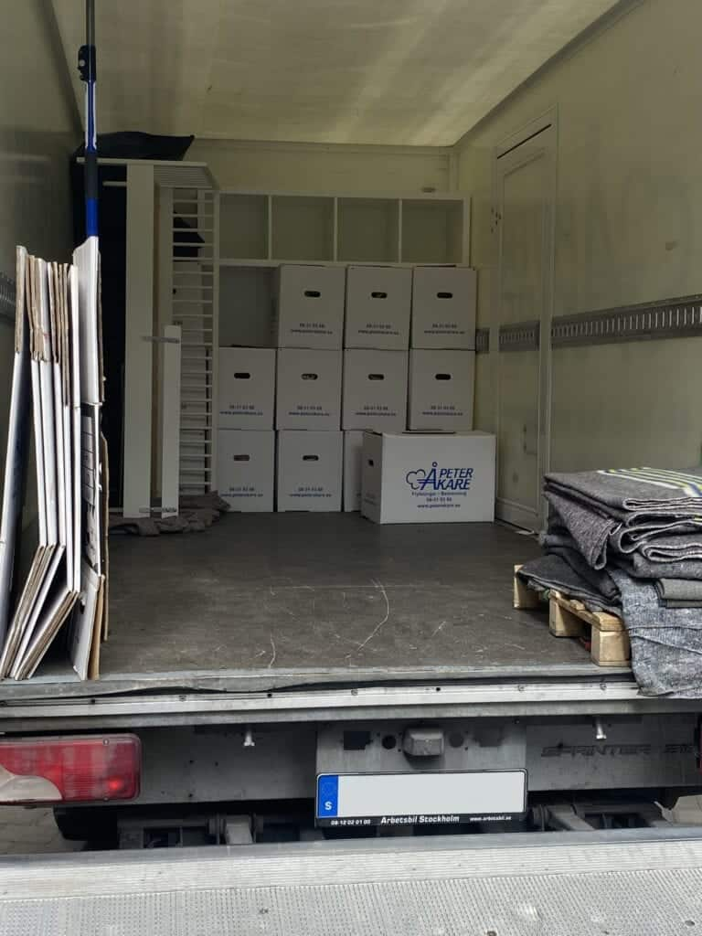 Staplade flyttlådor i lastutrymme på flyttbil från Flyttfirma Peter Åkare AB.