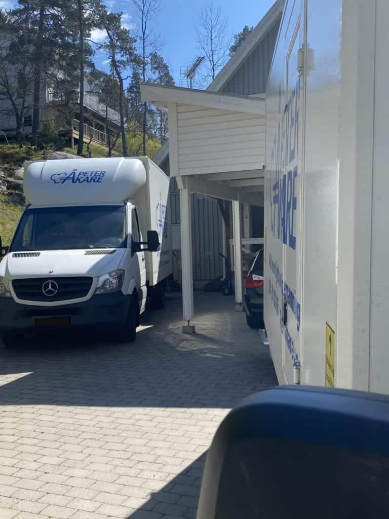 En flyttbil från flyttfirma Peter Åkare AB står vid hus.