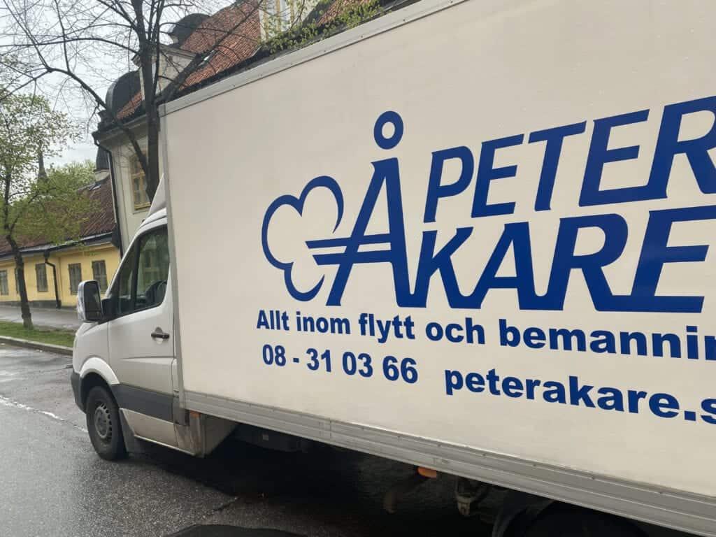 Parkerad flyttbil från Flyttfirma Peter Åkare AB