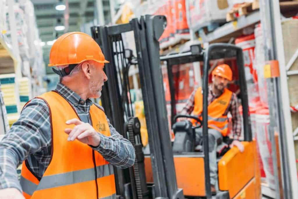 Bemanning med lagermän som arbetar i lager med en truck