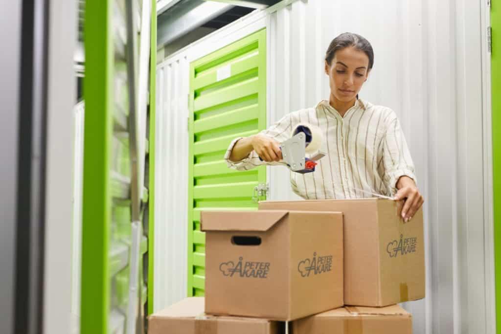 Arbetare som styr lådor som ska till magasinering i förvaringslokal