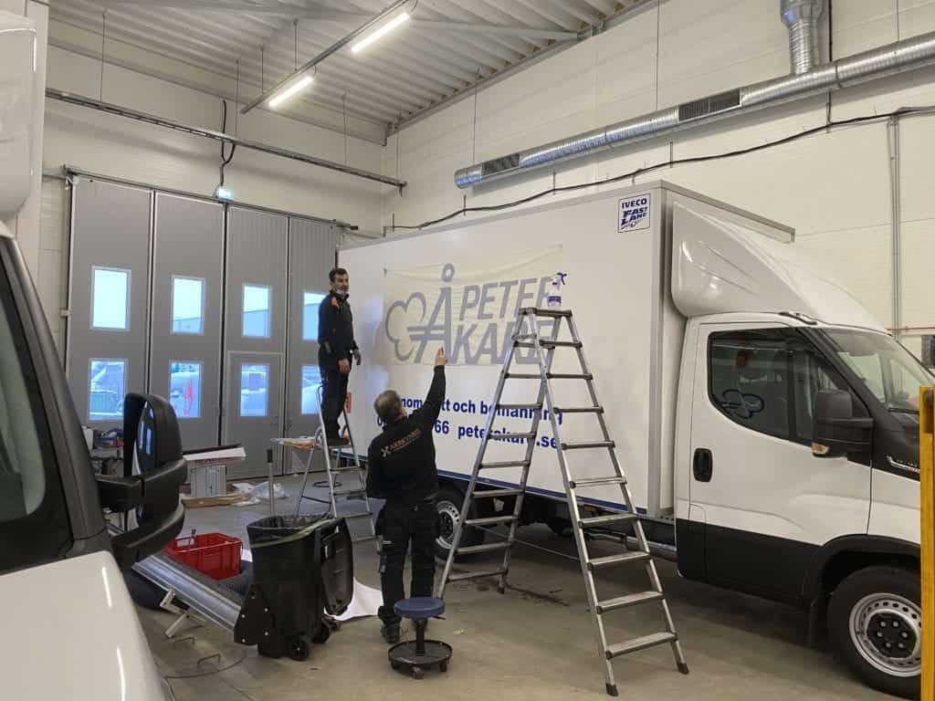 Vit flyttbil, IVECO i garage