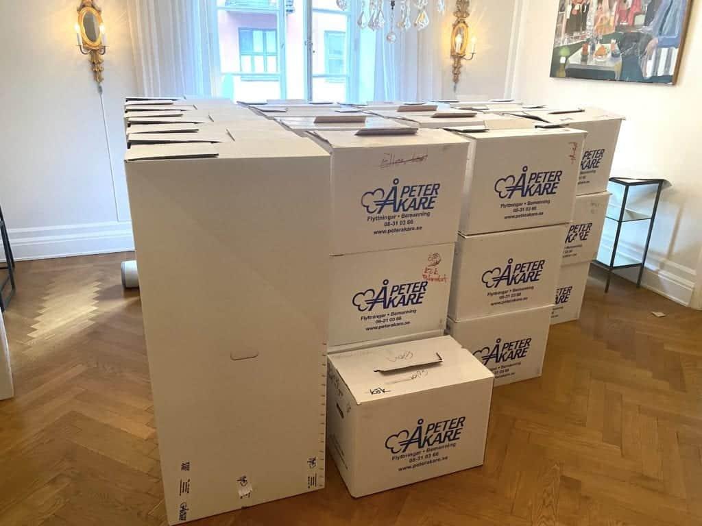Flyttlådor från Flyttfirma Peter Åkare staplade i lägenhet i Stockholm