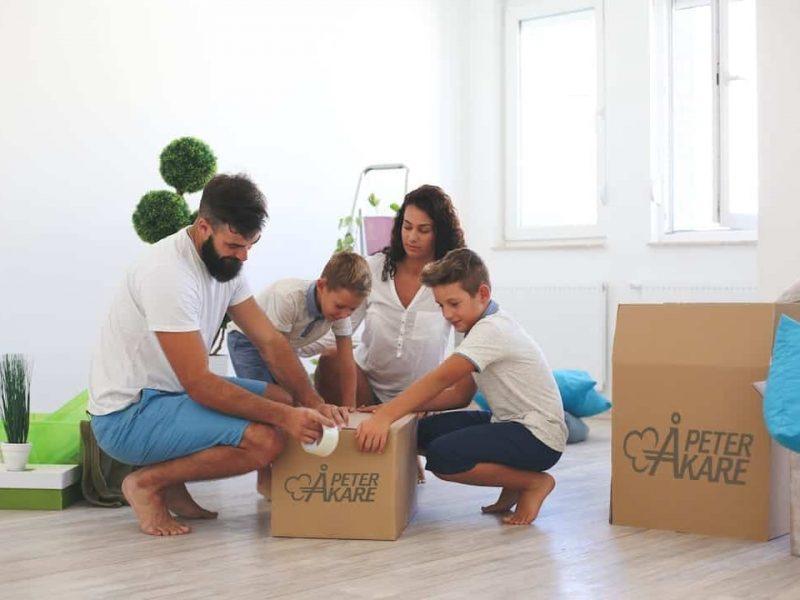 Familj packar upp kartonger från flyttfirma i Stockholm