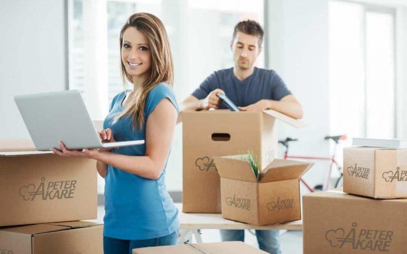Ta själv med värdersaker vid flytt. Man och kvinna packar sina värdesaker i flyttkartonger